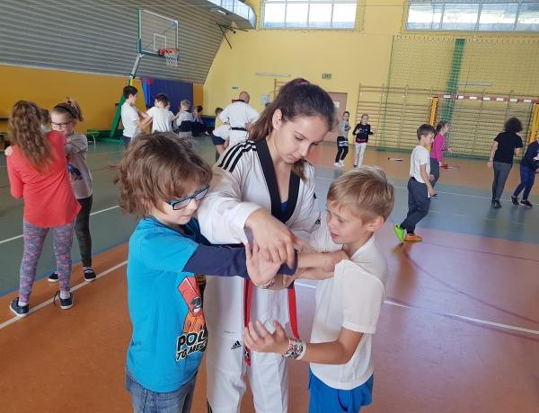 Pokaz Taekwondo w ZSP 4 w Jarocinie